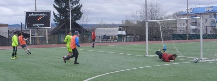 Вратарь Зари Александр Тутынин спасает свои ворота