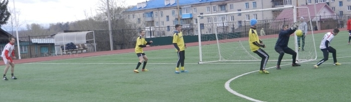 Игрок Идеала (справа) пытается обыграть вратаря Атлантика