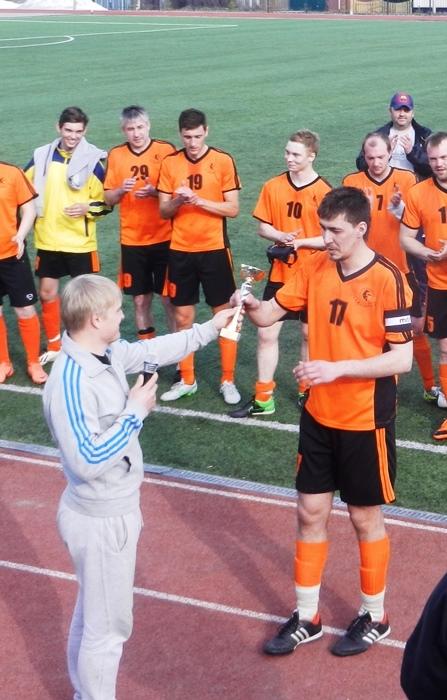 Павел Малышев вручает кубок капитану Жасмина