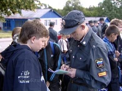 подросток и сотр полиции
