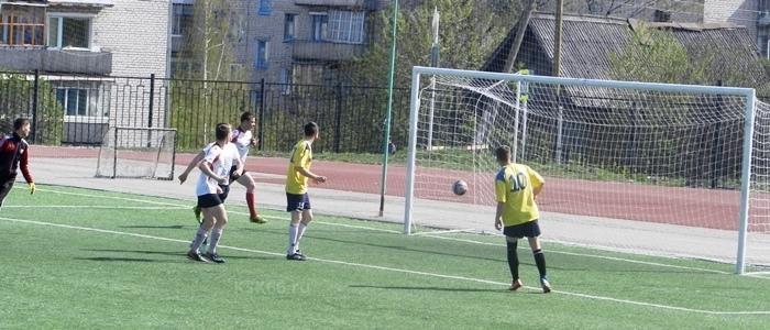 Вратарь «Идеала» опрометчиво выбежал из ворот - и получил ещё один гол