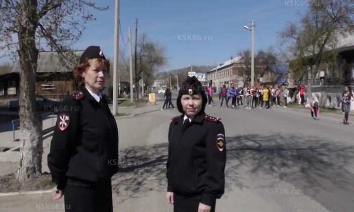 Женщины полицейские ООП во время забега