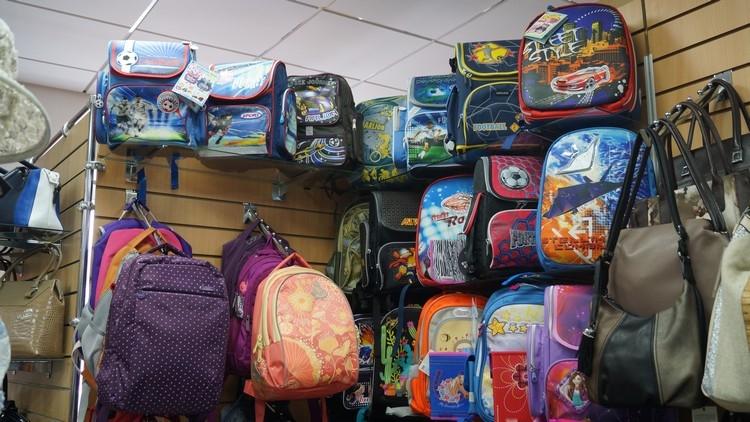 a6a7640ddf96 А еще в магазине «Саквояж» большой ассортимент дорожных сумок и чемоданов:  чемоданы на 2-х и 4-х колесах, твердые пластиковые чемоданы, маленькие и  большие ...